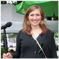 Katharina Beck mit Mikro in der Hand